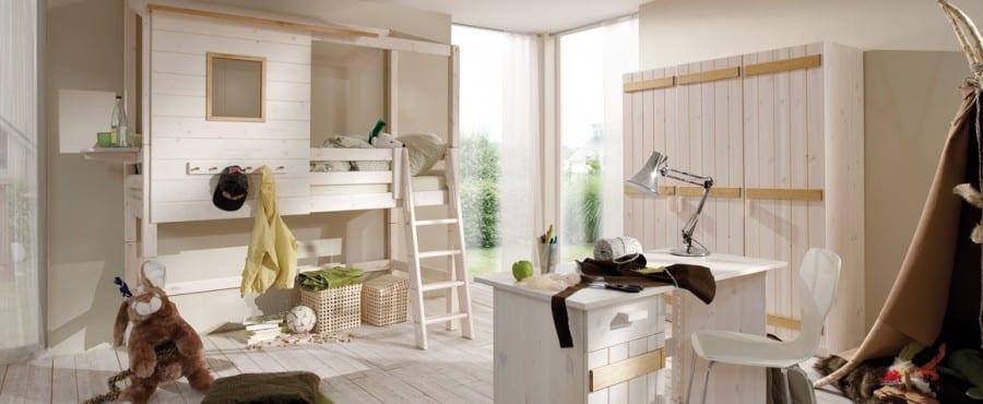 Kinderzimmer mit weißen Möbeln
