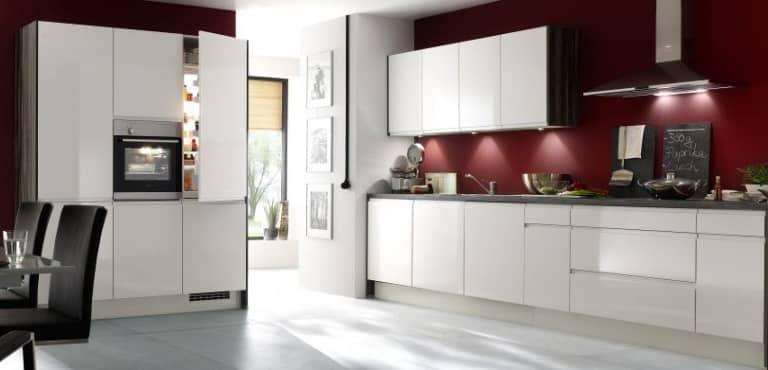 Große, weiße Küche im modernen Design