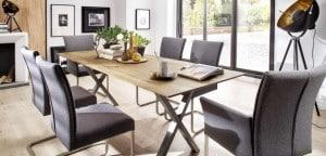 schön arangierter massiver Esstisch und Stühle mit hochwertigem Stoffebezug