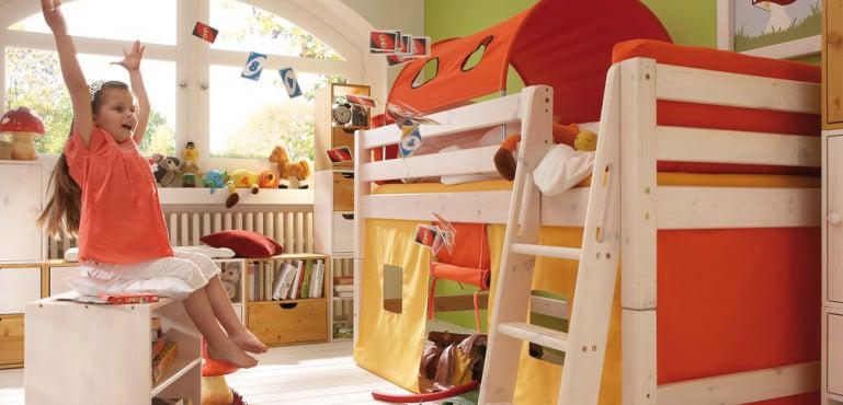 Kinderzimmer mit Hochbett und Möbeln aus Massivholz