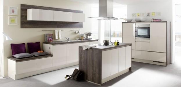 Weiße Küche mit dunkler Arbeitsfläche