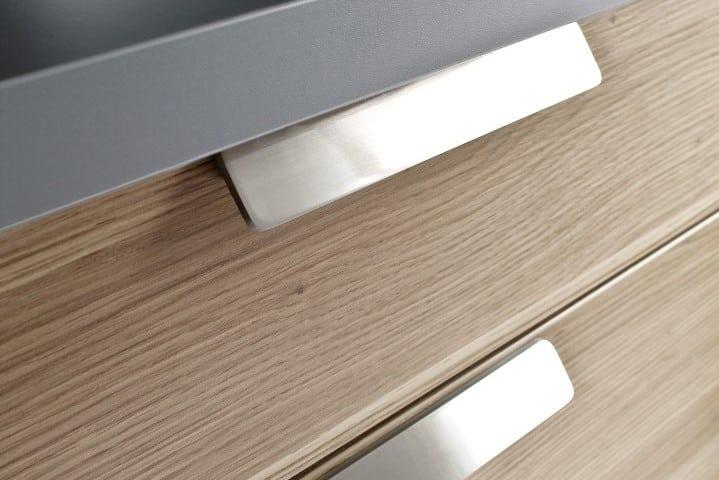 Elegante-Einbauküche (2) Die Dunstesse ist hinter den Türen des Hängeschrankes integriert