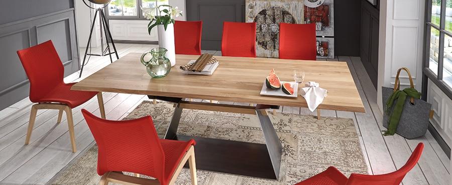 Massivholztisch mit modernen Stühlen