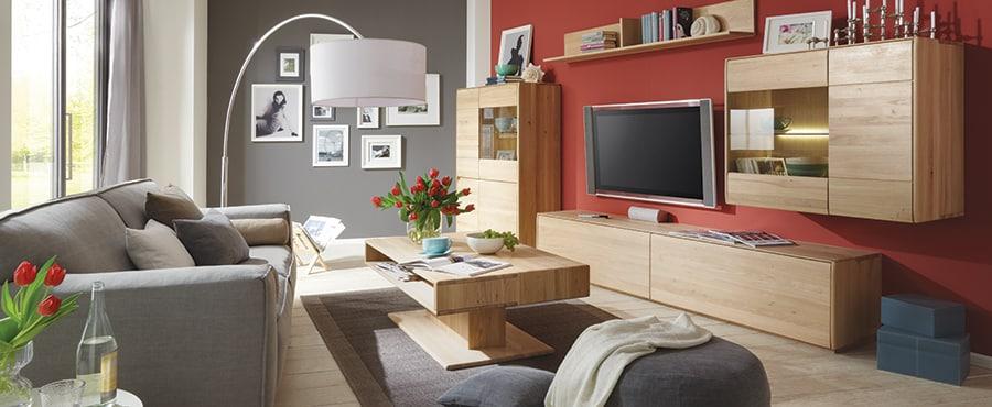 Elegantes Wohnzimmer mit Massivholzmöbeln