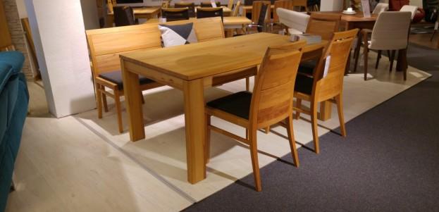 massiver Esstisch mit gepolsterten Stühlen
