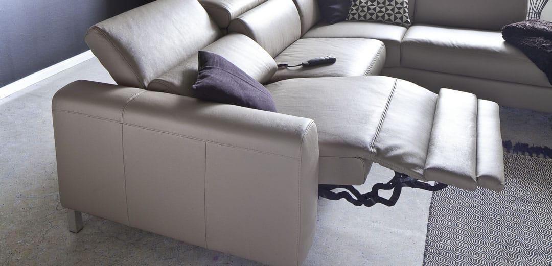 Sofa mit elektrischer Fußstütze
