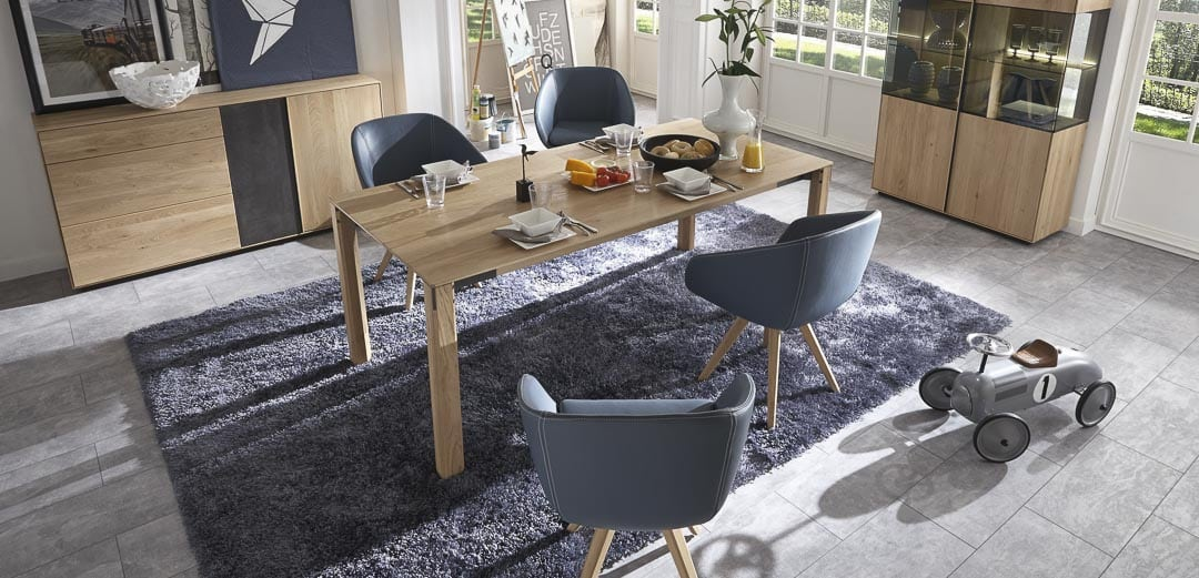 modernes Esstisch aus massiver Eiche mit Schalenstühlen