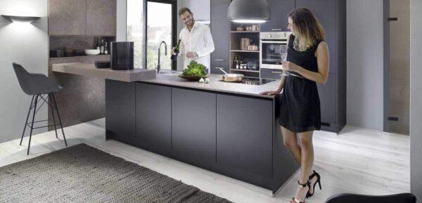 Küche mit Glamouröser Metalloberfläche