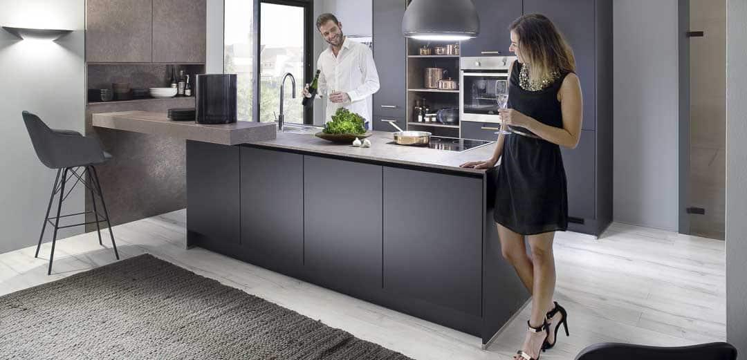 Küche-mit-Glamouroeser Metalloberflaeche