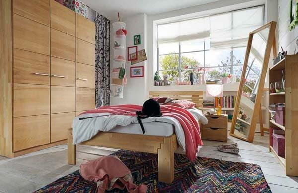 Kinderzimmer mit Schrank und Bett