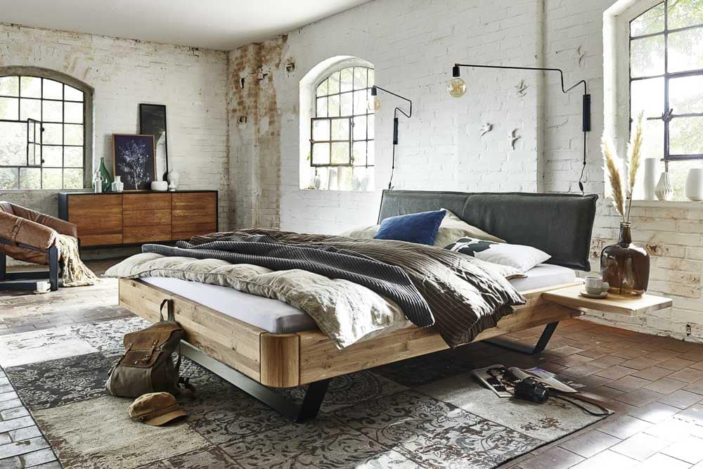 Bett mit Rahmen aus Massivholz