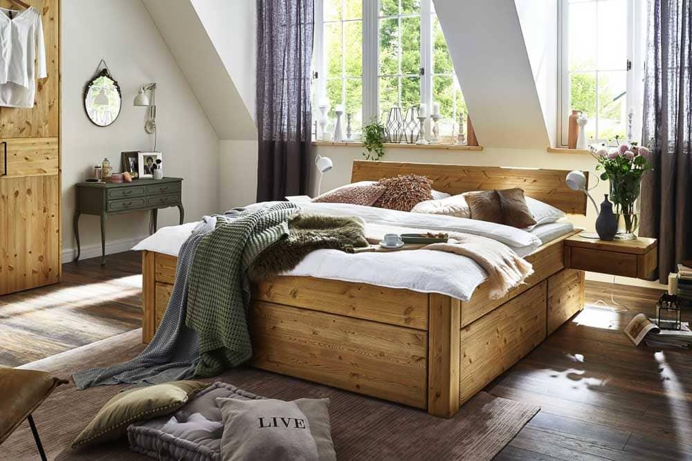 Doppelbett aus Kiefer mit Schubladen