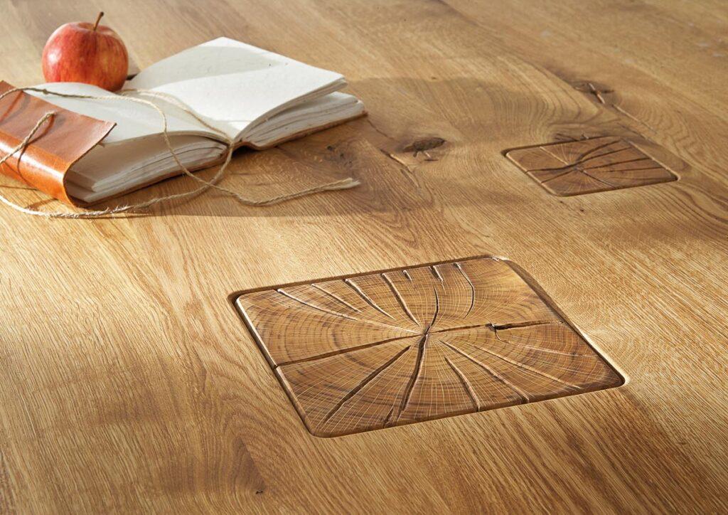 Hirnholz-Einlage in massiver Tischplatte aus Wildeiche