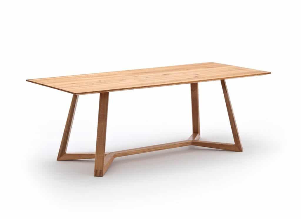massiver Esstisch von Wimmer mit filigranen Holzbeinen die am Boden miteinander verbunden sind