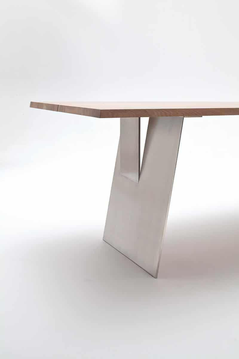 Esstisch mit filigraner Stahlwange