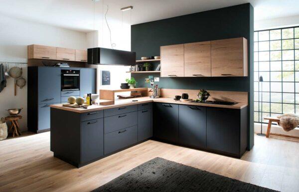 matt schwarze Designküche mit Holzakzenten