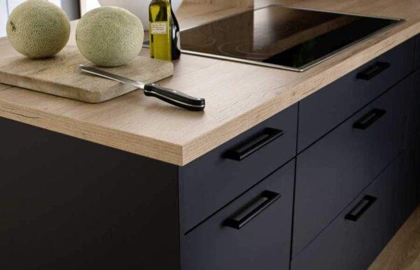 Kücheninsel mit Holzarbeitsplatte und schwarzer Front