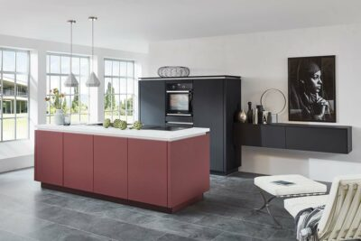Rot schwarze Küche ohne Griffe mit weißer Arbeitsplatte