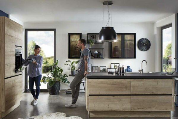 Grifflose Küche mit großer Insel und Fronten in Naturholz
