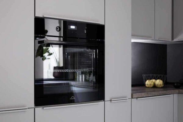 Schwarzer Backofen in seidengrauer Küche