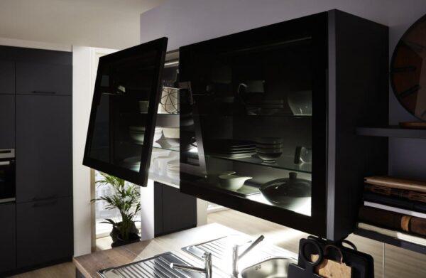 elegante Hängeschränke mit schwarzem Glas