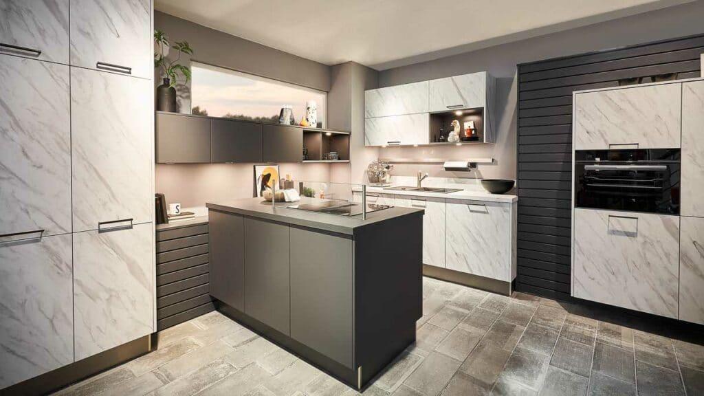 Aufwendige Premium-Küche mit Insel und Geräteblock