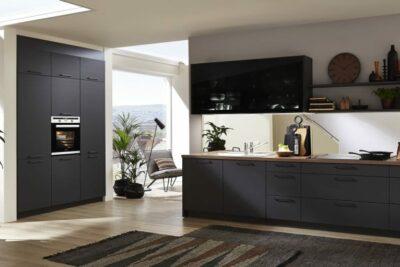 Küchenzeile mit Geräteblock in matt schwarz