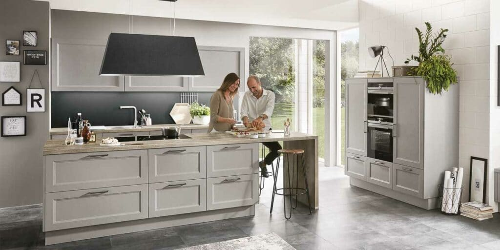 Offene Wohnküche im modernen Landhausstil mit freistehender Insel