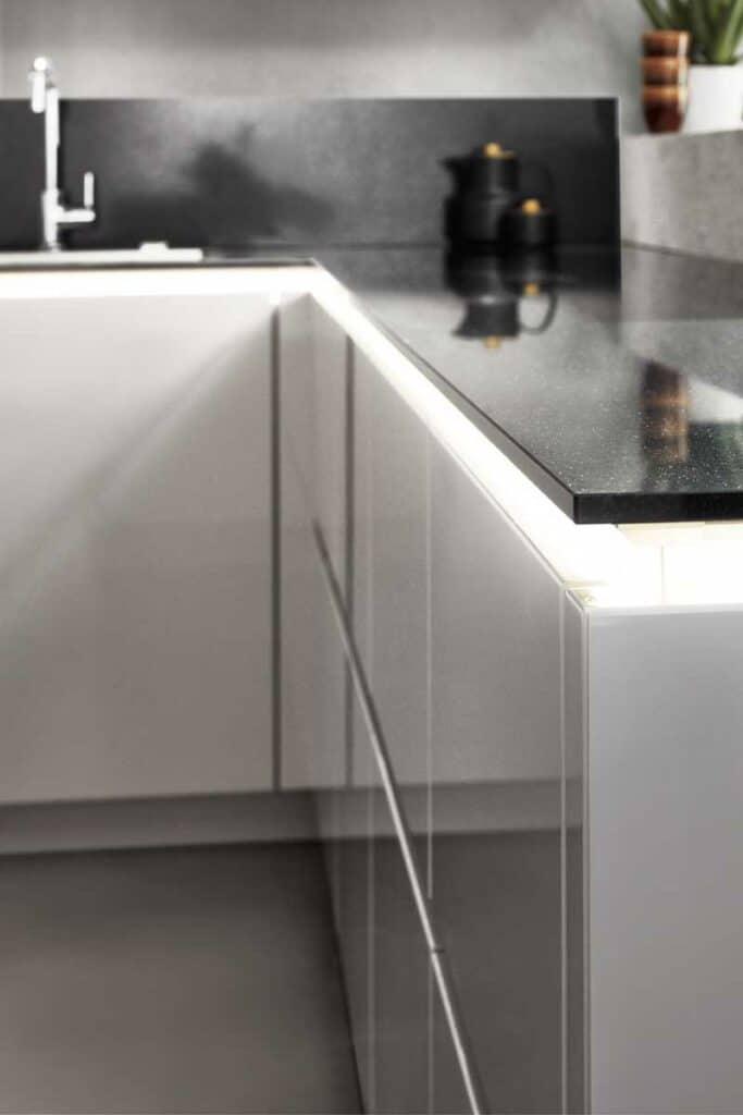 moderne Einbauküche mit hoch glänzender Küchenfront