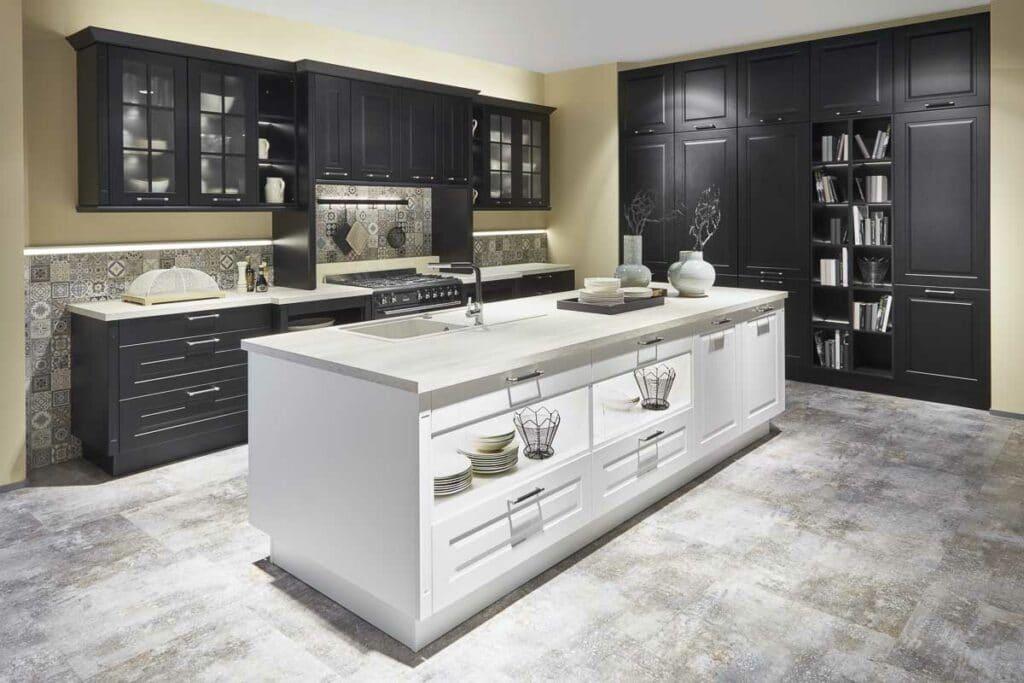 Landhausküche mit schwarzer und weißer Front