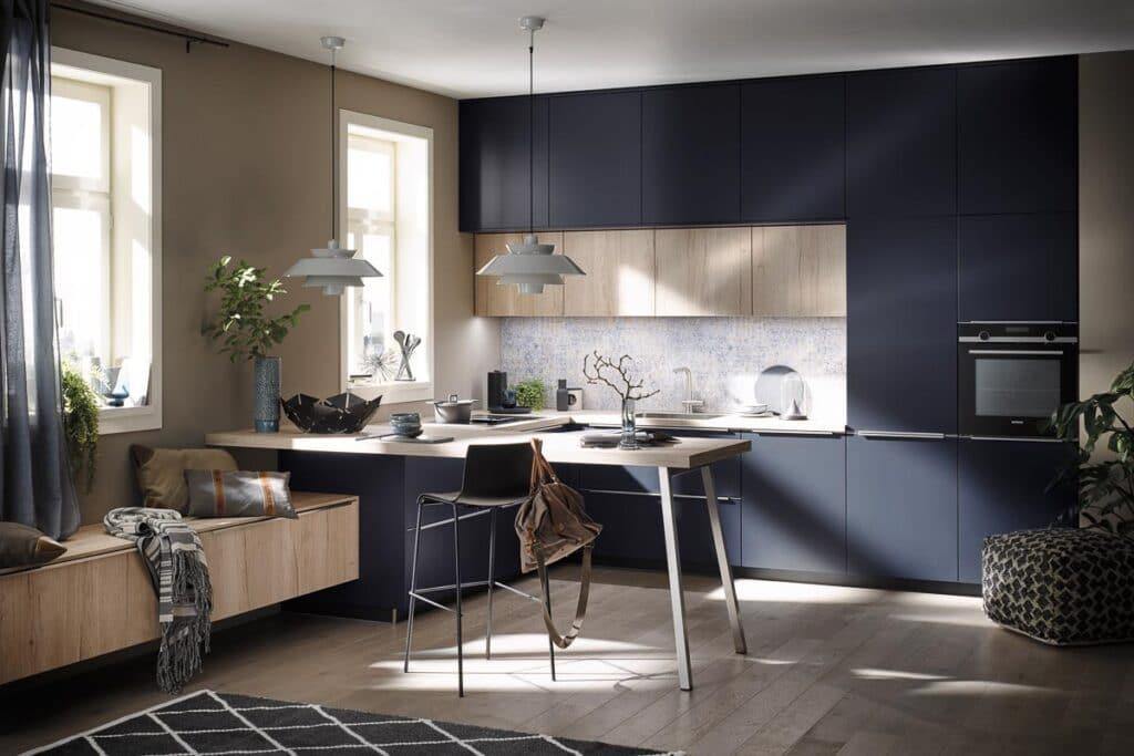 Häcker Systemat L-Küche in Samtblau mit hellem Holz