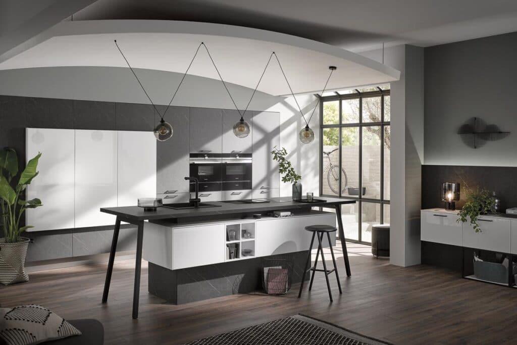 Hochwertige Häcker Küche mit Push-To-Open Schränken und Insel auf Kufen