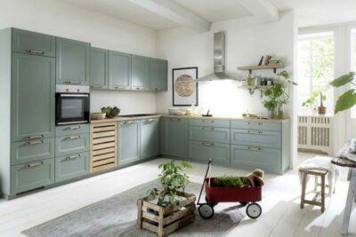 Küche im Landhausstil in der Trendfarbe Schilf