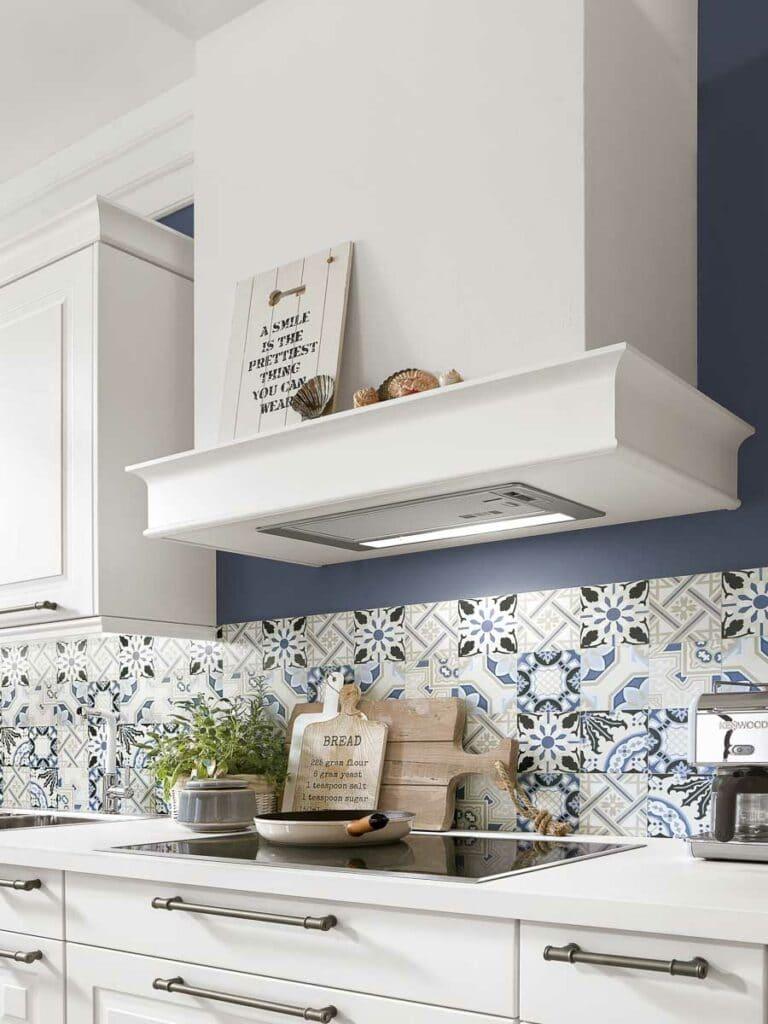 Küchen im Landhausstil - verzierter Kamin mit Abzugshaube