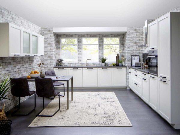 Moderne Landhausküche mit weißer Rahmenfront