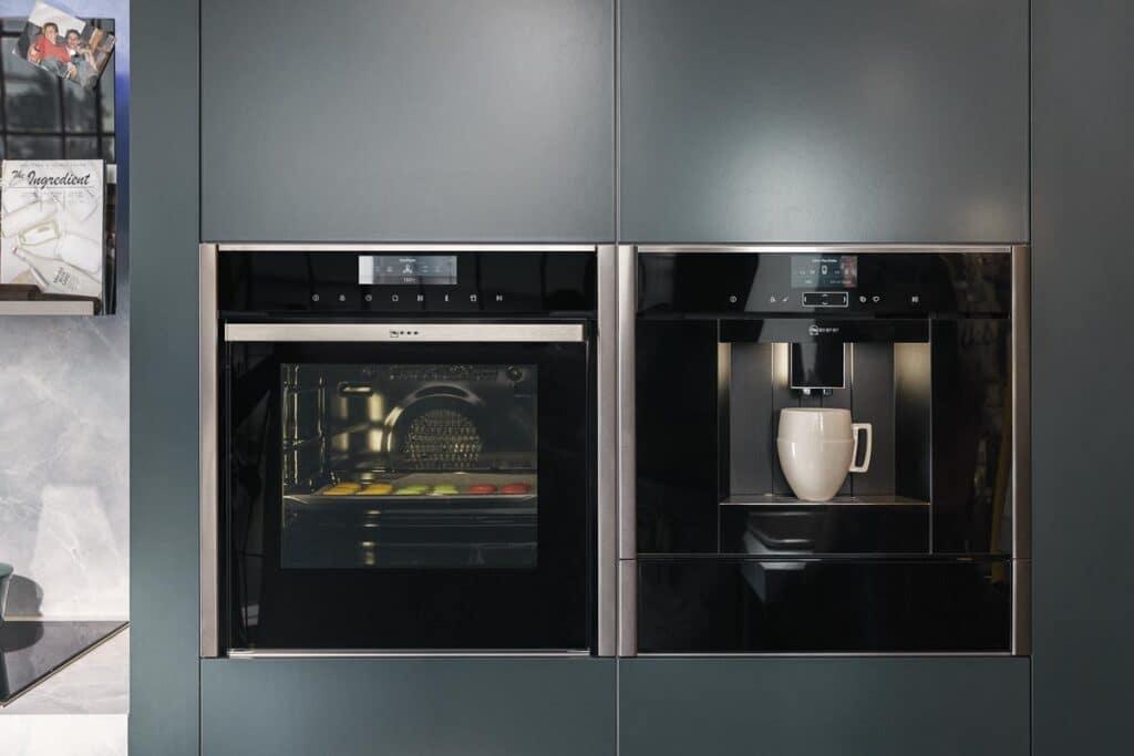 Neff Collection Backofen und Einbau-Kaffeemaschine nebeneinander