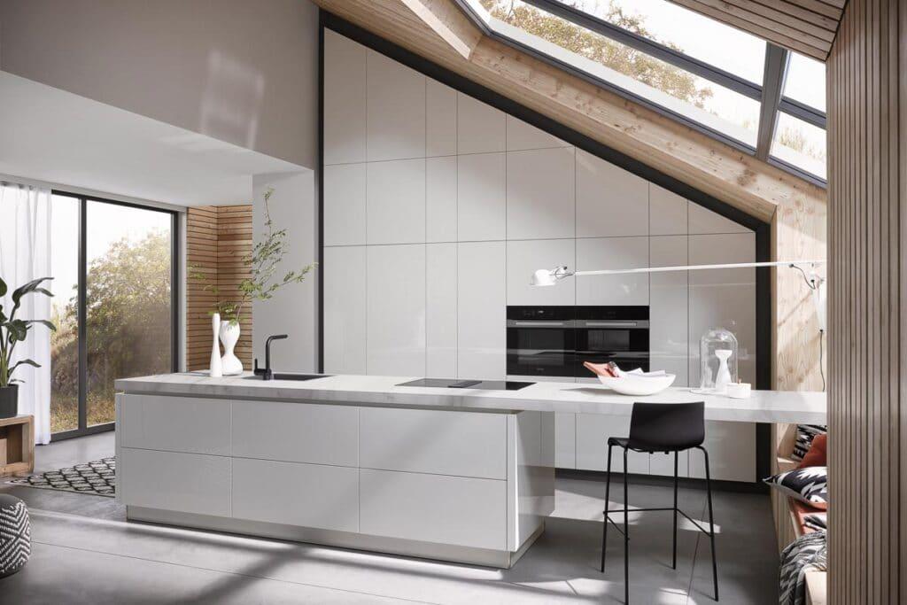 Weiße hochglanz Küche mit schrägen Hängeschränken