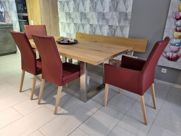 reduzierte Tischgruppe aus unserer Ausstellung. Tisch und Sitzbank aus massiver EIche, Stühle aus rotem Leder mit Holzfüßen.